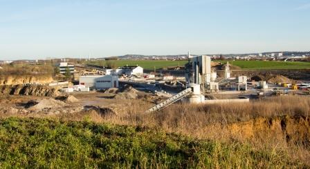 Blick vom Trüffelbiotop auf das Schotterwerk sowie die alte und neue Schäfer-Zentrale