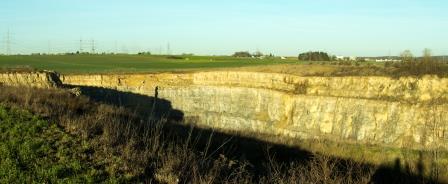 Blick vom Trüffelbiotop auf den Steinbruch